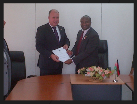 Malawi's Minister for Energy, Ibrahim Matola, and IEC Executive Director and CFO Jonathan Warrand at the MOU signing ceremony on 15 March 2013 (Intra Energy)