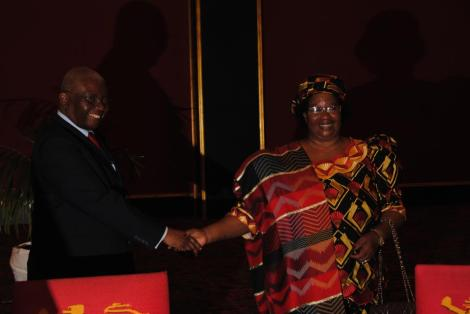 Malawian and Mozambiquan Presidents shake hands over new power interconnection agreement (Courtesy of Joyce Banda Facebook Page)