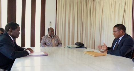 Former Mozambique President Chissano holds a meeting with delegation from both Tanzania and Malawi. Here, Tanzanian Minster of Foreign Affairs and International Cooperation, Bernard Membe, can be seen explaining Tanzania's position on the ongoing dispute over Lake Malawi/Nyasa to his Malawian counterpart, Minister Ephraim Chiume. (Photograph courtesy of Tanzania Foreign Affairs Blogspot)